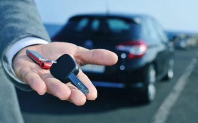 Les jeunes conducteurs achetent des voitures d'occasion pour leur première voiture