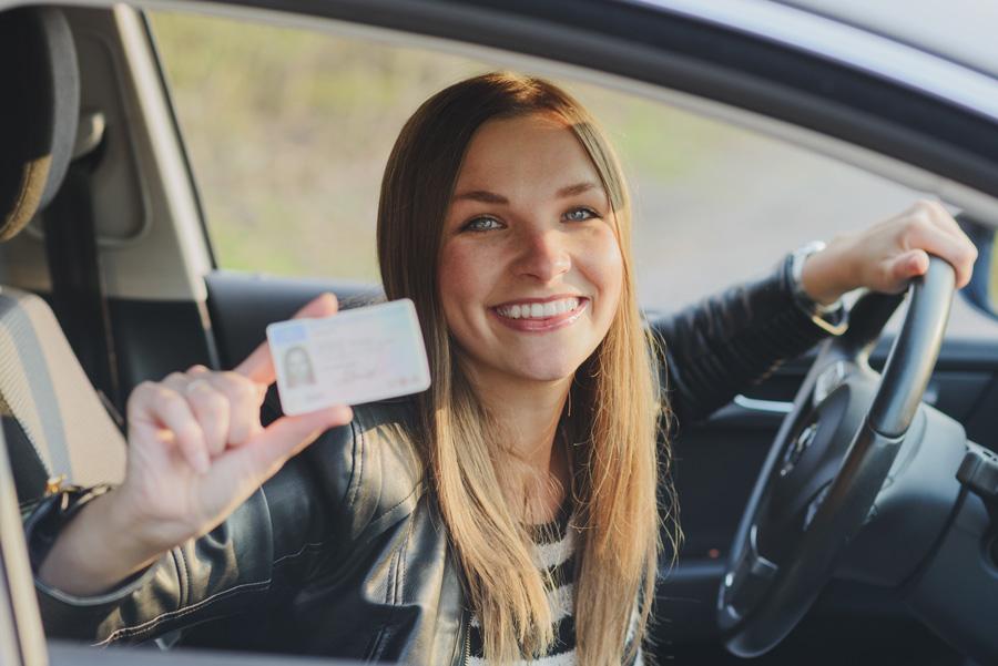 Une jeune fille qui vient d'avoir son permis et vient d'acheter une voiture d'occasion